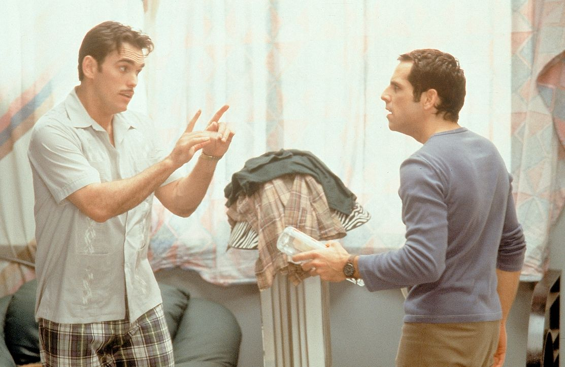 Pat (Matt Dillon, l.) kann Mary zwar ausfindig machen, doch verliert er selbst sein Herz an sie. Deshalb hält er Ted (Ben Stiller, r.) mit unnützen... - Bildquelle: 1998 Twentieth Century Fox Film Corporation. All rights reserved.