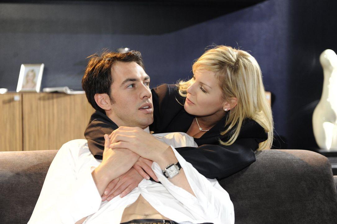 Mark (Arne Stephan, l.) sorgt in seiner Beziehung mit Alexandra (Ivonne Schönherr, r.) für die dringend notwendige Romantik ... - Bildquelle: SAT.1