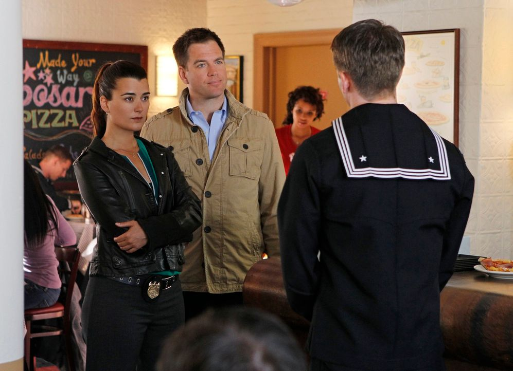 Bei den Ermittlungen in einem neuen Mordfall: Ziva (Cote de Pablo, l.) und Tony (Michael Weatherly, 2.v.l.) ... - Bildquelle: 2012 CBS Broadcasting Inc. All Rights Reserved.