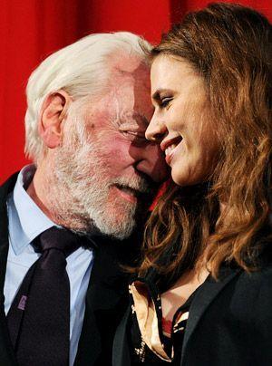 """Donald Sutherland und Hayley Atwell nach der Vorführung des ersten Teils der """"Säulen der Erde"""". - Bildquelle: dpa"""