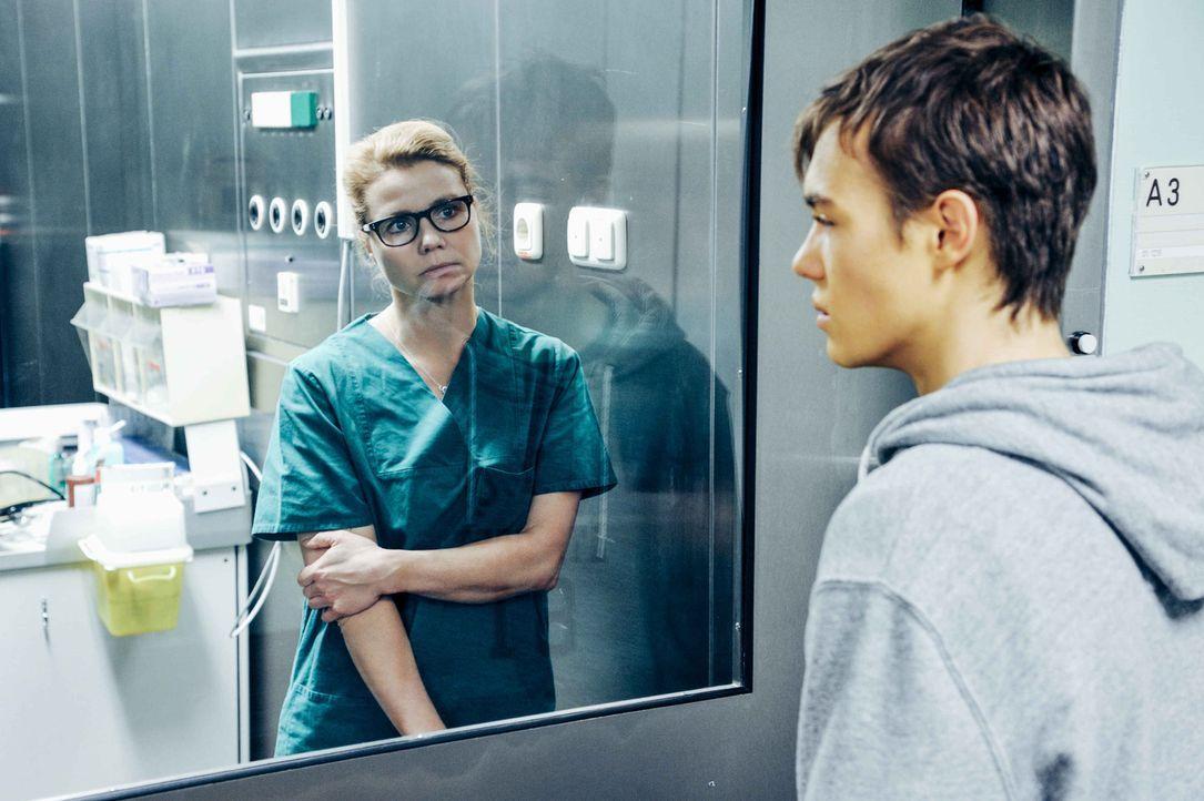 Transplantationschirurgin Dr. Hellweg (Annette Frier, l.) steht vor einem lebensentscheidenden Dilemma. Sollen sie Franks (Valentino Fortuzzi, r.) O... - Bildquelle: Hardy Spitz SAT.1