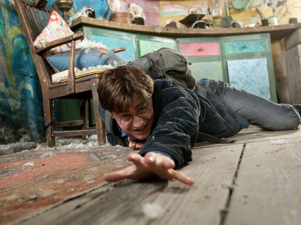 Wenn das Böse seine Macht ausweitet, können selbst einstige Freunde zu Feinden werden. Auch Harry (Daniel Radcliffe) muss sich mehr als einmal die F... - Bildquelle: 2010 Warner Bros.
