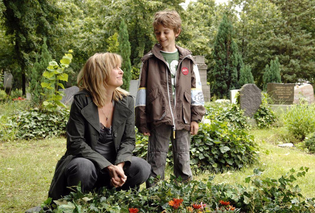 Der neunjährige Oliver (Joel Eisenblätter, r.) besucht mit seiner Mutter Nika (Katharina Böhm, l.) das Grab seines verstorbenen Vaters. - Bildquelle: Claudius Pflug Sat.1