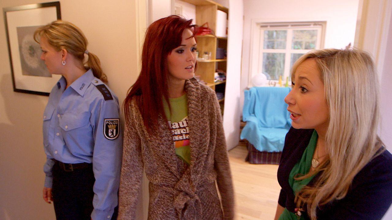 Zu viele Menschen auf engstem Raum, stellen Christina (l.) Louise (r.) und Antonia (M.) beim Warten auf ein freies Badezimmer fest ... - Bildquelle: SAT. 1