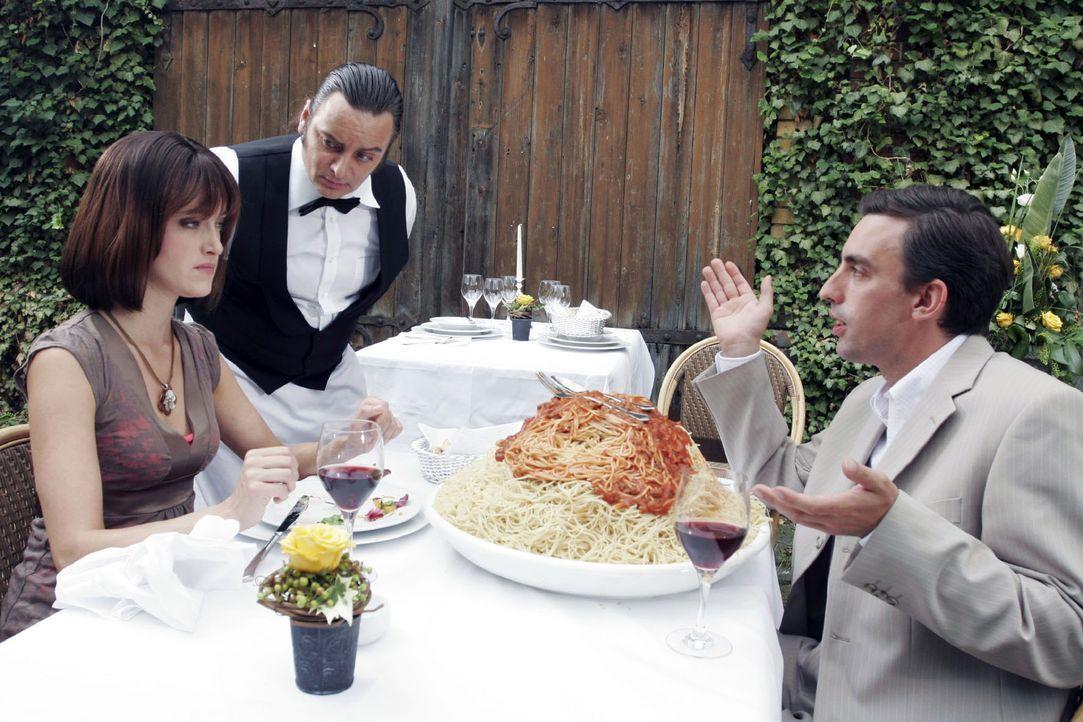 """""""Hat's nicht geschmeckt?"""" Auch im schönsten Restaurant und für den geduldigsten Ober (Rüdiger Kling, M.) kann es mit manchen Paaren Probleme gebe... - Bildquelle: Noreen Flynn Sat.1"""