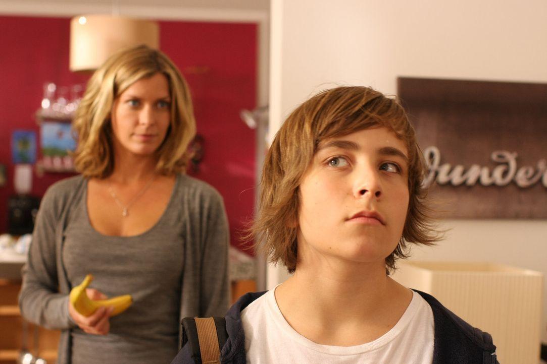 Seitdem Maja (Valerie Niehaus, l.) hören kann, was Männer sagen, kann sie auch die Gedanken ihres Sohnes (Jonathan-Elias Weiske, r.) verstehen. Mi... - Bildquelle: SAT.1