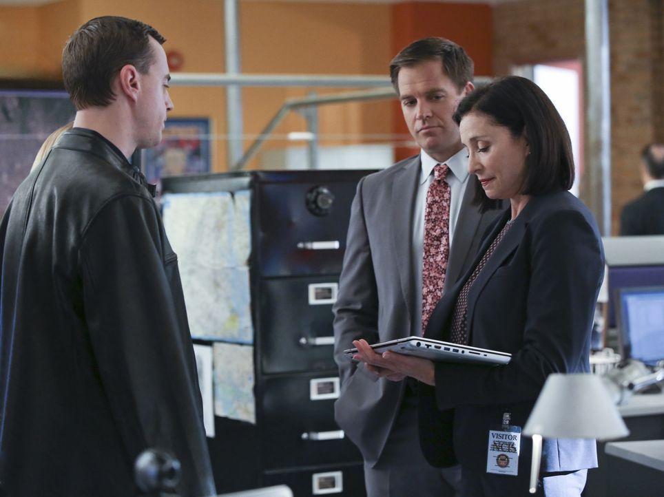 Während Gibbs um sein Leben kämpft, versuchen CIA Officer Joanna Teague (Mimi Rogers, r.), DiNozzo (Michael Weatherly, M.) und McGee (Sean Murray, l... - Bildquelle: Monty Brinton CBS Television