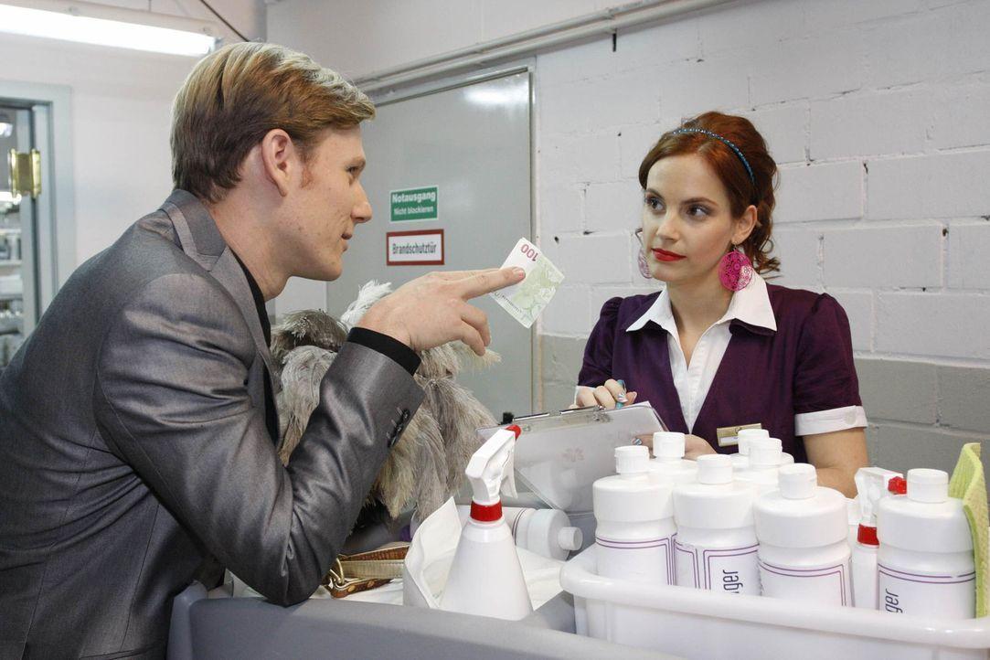 Manu (Marie Zielcke, r.) schlägt Philips (Philipp Romann, l.) Geld ab und da sie glaubt mit Mark an eine Front gegen Philip zu stehen ... - Bildquelle: SAT.1