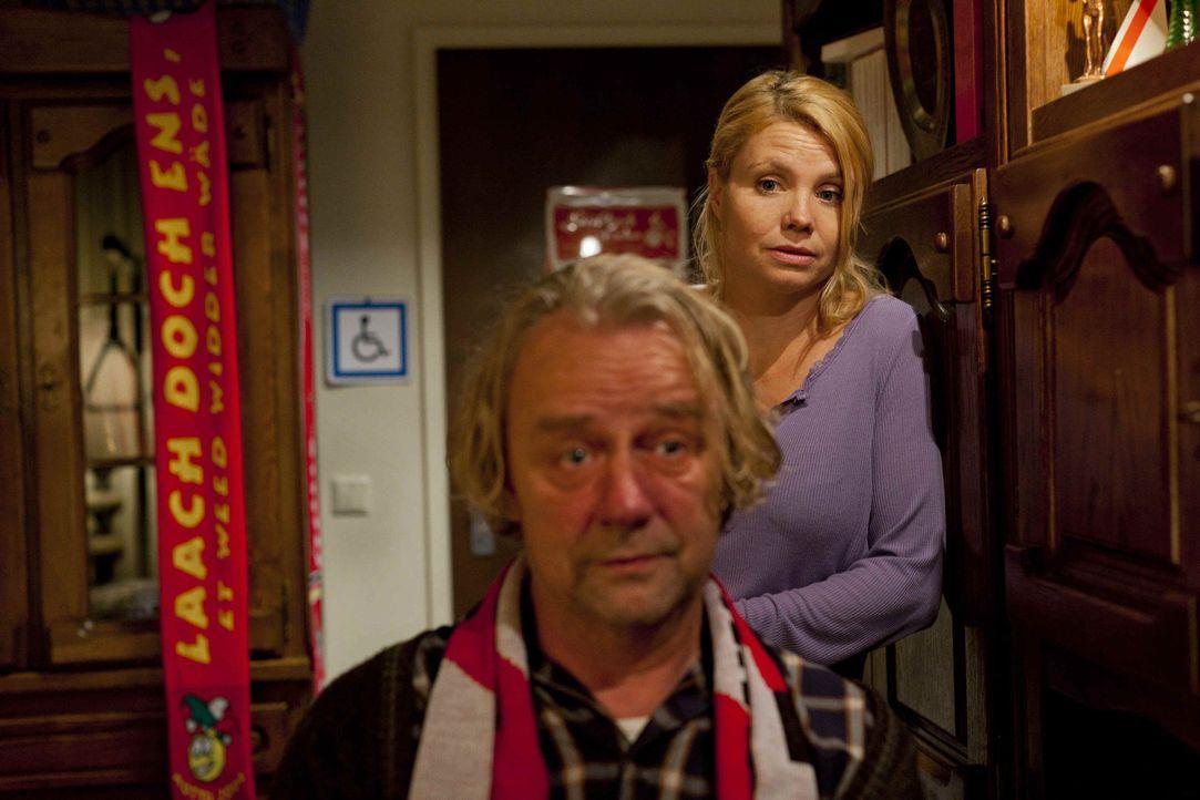 Nachdem sich Danni (Annette Frier, r.) weder für Sven noch für Oliver entschieden hat, macht sich Kurt (Axel Siefer, l.) Sorgen um sie ... - Bildquelle: SAT.1