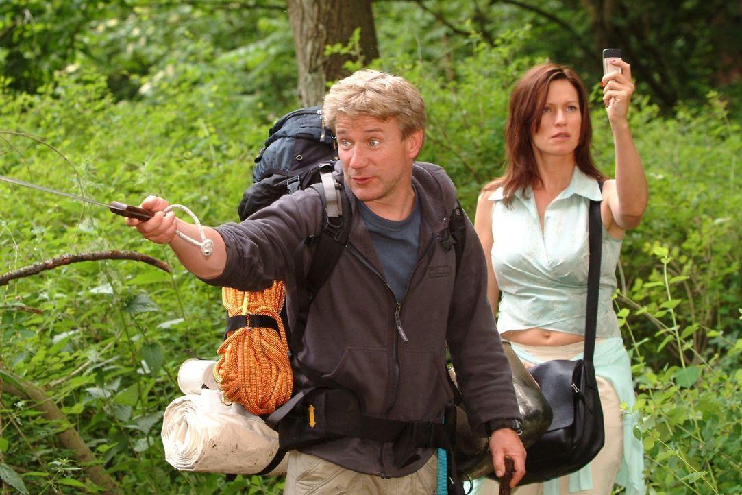 Zwei Welten prallen aufeinander: Während Tom (Jörg Schüttauf, l.) seiner Gruppe Tricks zum Überleben in der Natur beibringen will, sucht Großst... - Bildquelle: Oliver Ziebe Sat.1