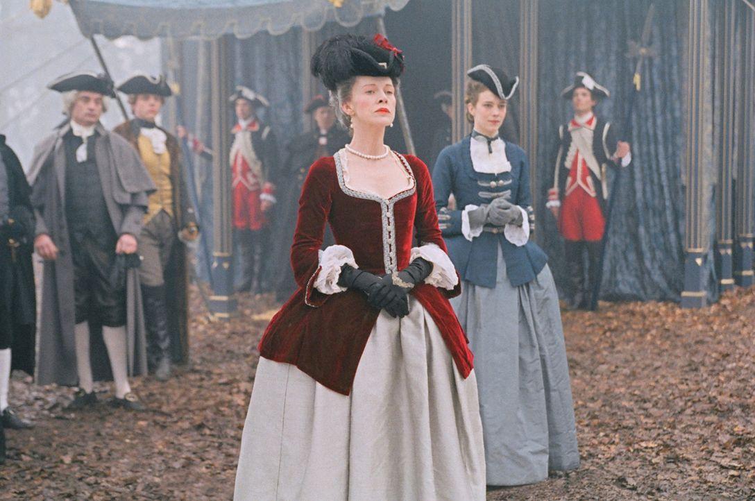 Marie-Antoinette lernt ihre erste Ehrendame, Comtesse de Noailles (Judy Davis, M.), bei der Übergabe kennen. - Bildquelle: 2006 I Want Candy, LLC. All Rights Reserved.