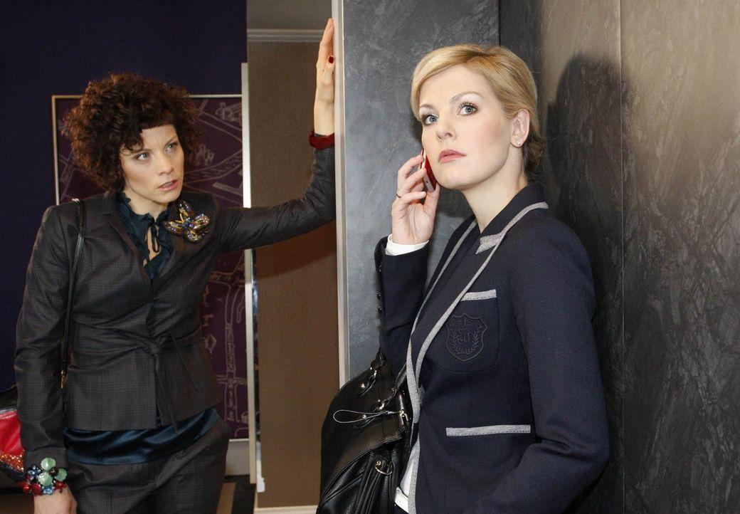 Emily (Anna Schäfer, l.) will Alexandra (Ivonne Schönherr, r.) zur Rede stellen ... - Bildquelle: SAT.1