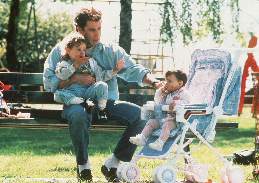 Eigentlich ist James (John Travolta, M.) ein treusorgender Vater für Mikey (Lorne Sussman, l.) und sein kleines Schwesterchen Julie (Megan Miller,... - Bildquelle: TriStar Pictures