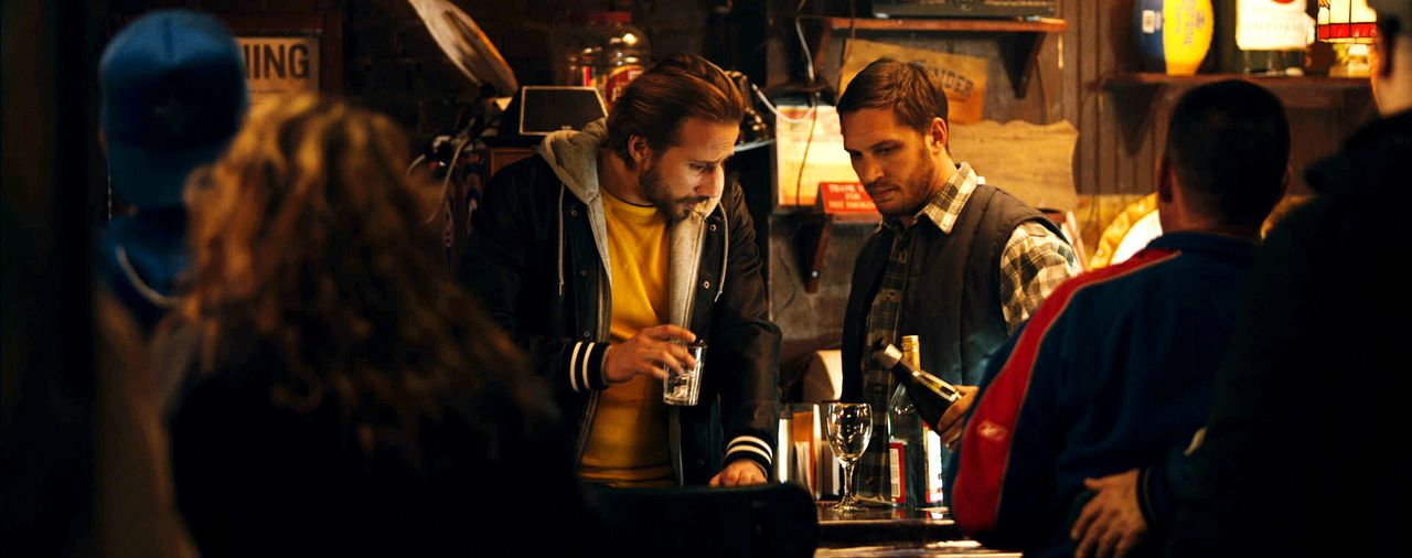 Bob (Tom Hardy, r.) arbeitet in einer Bar, die auch als Umschlagplatz für Geldwäscher dient. Eines Tages findet er einen verwundeten Hundewelpen in... - Bildquelle: 2014 Twentieth Century Fox Film Corporation. All rights reserved.