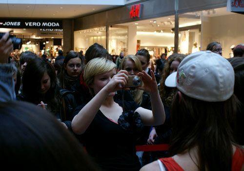 Kasia schießt mit der Kamera eines Fans ein Erinnerungsbild mit Lucy Scherer. - Bildquelle: Danilo Brandt - Sat1