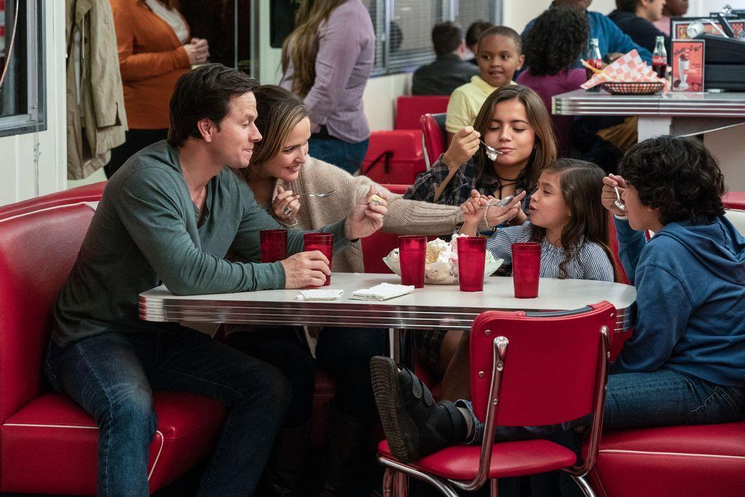 (v.l.n.r.) Pete (Mark Wahlberg); Ellie (Rose Byrne); Lizzy (Isabela Moner); Lita (Julianna Gamiz); Juan (Gustavo Quiroz) - Bildquelle: Hopper Stone 2018 Paramount Pictures. All rights reserved. / Hopper Stone