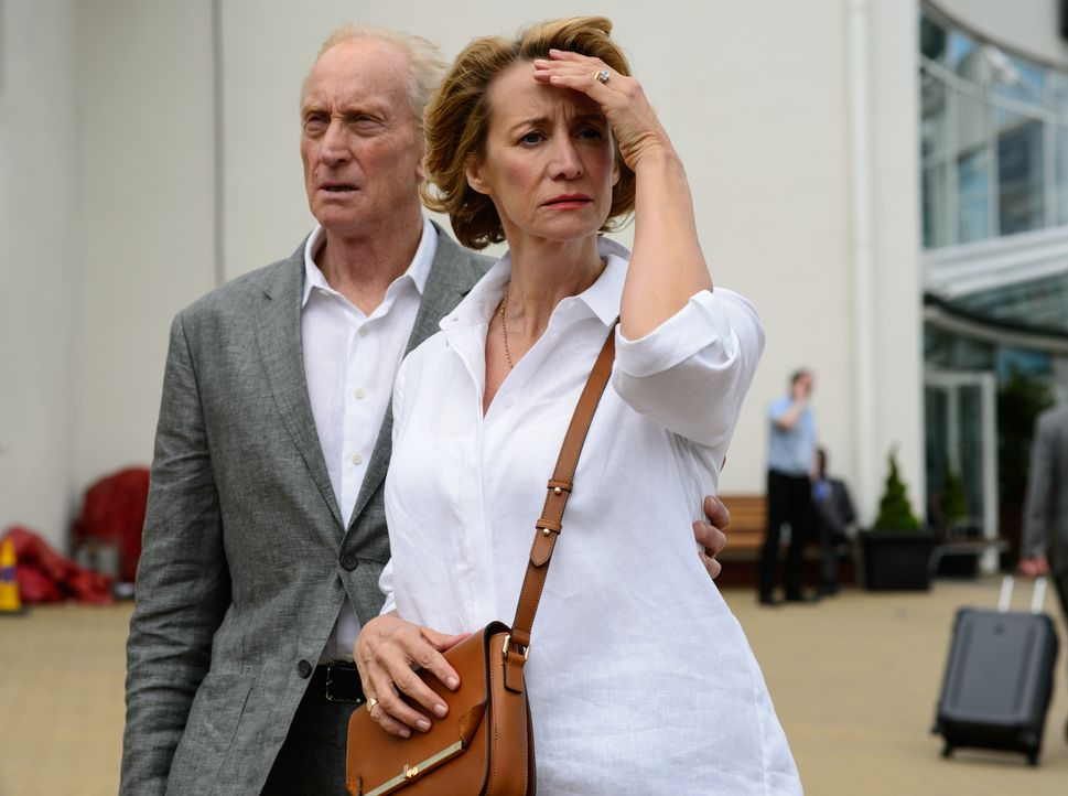 Stephen Traynor (Charles Dance, l.); Camilla Traynor (Janet McTeer, r.) - Bildquelle: Alex Bailey 2016 Metro-Goldwyn-Mayer Pictures Inc. and Warner Bros. Entertainment Inc. / Alex Bailey