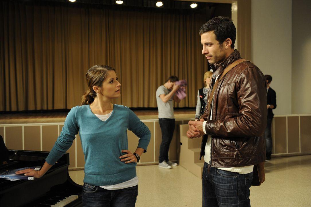 Bea (Vanessa Jung, l.) kehrt zur Schule zurück, als sie von Michael (Andreas Jancke, r.), dass die Musik-AG kurz vor dem Ende steht ... - Bildquelle: SAT.1