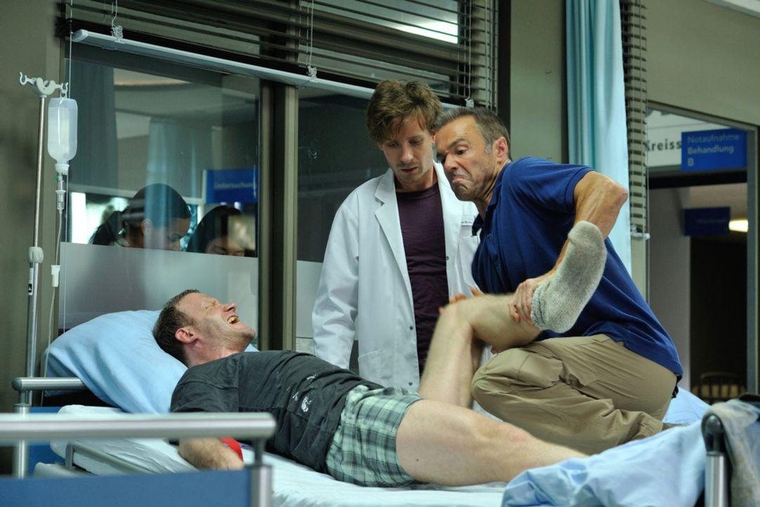 Als der junge, schüchterne Assistenzarzt Dr. Ritter (Max Rothbart, M.) mal wieder an seiner vorsichtigen Art scheitert, nimmt kurzerhand Harald (Han... - Bildquelle: Hardy Spitz SAT.1