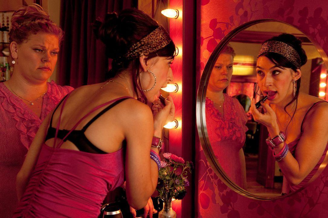Immer wieder muss die mollige Mandy (Marie Schöneburg, l.) erleben, dass ihre gertenschlanke Kollegin Jeanette (Carol Schuler, r.) ihr das Gefühl... - Bildquelle: Maria Krumwiede SAT.1