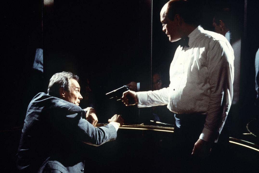 Ein tödliches Duell zwischen den beiden Kontrahenten beginnt: Mitch (John Malkovich, r.), der kurz zuvor die Schüsse auf den Präsidenten abgegeben h... - Bildquelle: Columbia Pictures