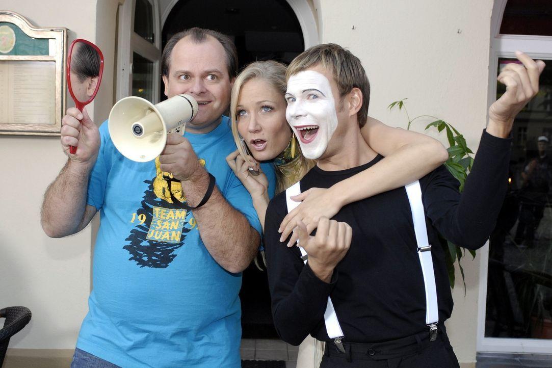 Mathias (Mathias Schlung, r.) wird von seinen Freunden Janine (Janine Kunze, M.) und Markus (Markus Majowski, l.) bei seiner kleinen Aufführung in... - Bildquelle: Sat.1