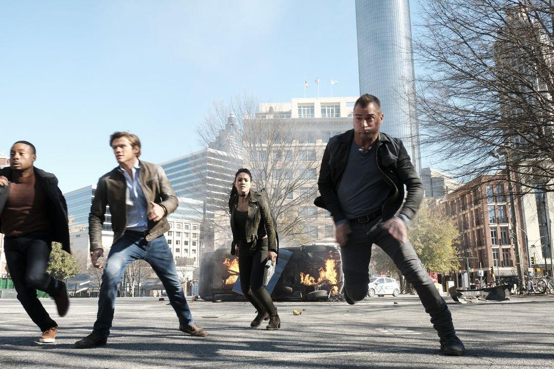 Als Bozer (Justin Hires), MacGyver (Lucas Till), Riley (Tristin Mays) und Jack (George Eads, v.l.n.r.) in Amsterdam eine Whistleblowerin observieren... - Bildquelle: Guy D'Alema 2017 CBS Broadcasting, Inc. All Rights Reserved