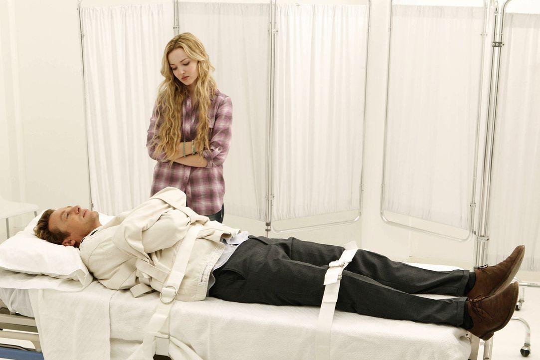 Während der Ermittlungen in einem neuen Fall sieht Patrick (Simon Baker, l.) plötzlich seine verstorbene Tochter Charlotte (Dove Cameron, r.). Doc... - Bildquelle: Warner Bros. Television