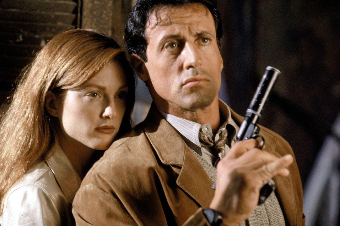 Das war nicht der Plan: Electra (Julianne Moore) und der auf sie angesetzte Killer Robert Rath (Sylvester Stallone) müssen gemeinsam vor Raths Konku... - Bildquelle: Warner Bros. Television