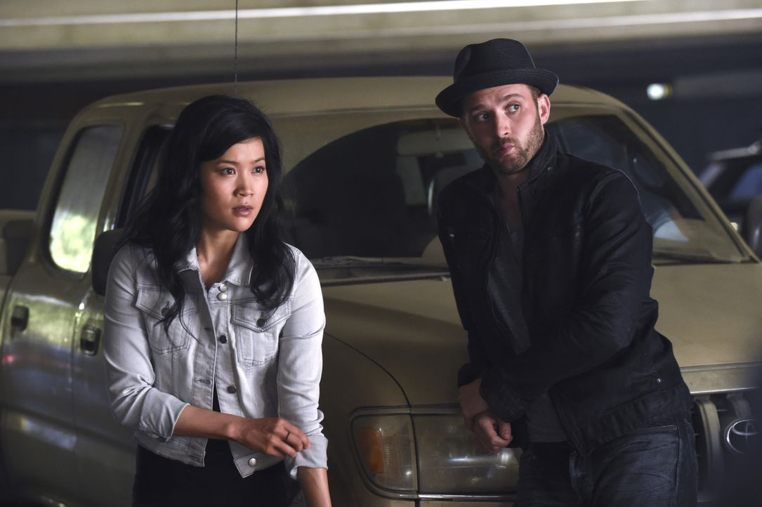 Ein todbringender Virus hält Happy (Jadyn Wong, l.) und Toby (Eddie Kaye Thomas, r.) auf Trab ... - Bildquelle: Ron Jaffe 2014 CBS Broadcasting, Inc. All Rights Reserved