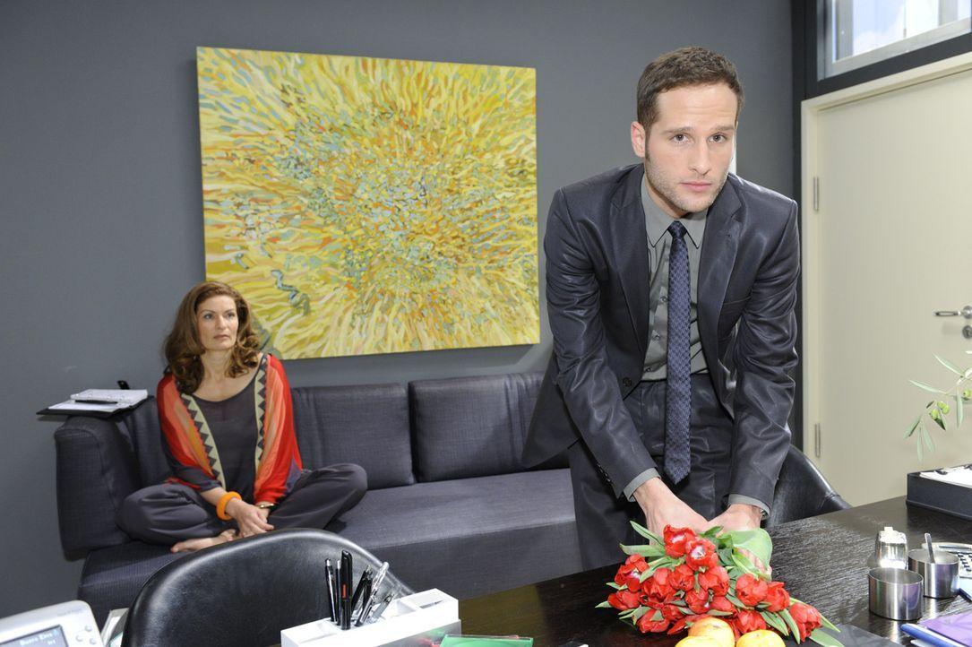 David (Lee Rychter, r.) merkt wohlwollend, dass er Natascha (Franziska Matthus, l.) am Haken hat und er sie nur noch behutsam auf seine Seite ziehen... - Bildquelle: SAT.1