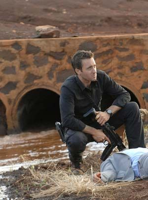 Doch auch Steve (Alex O'Loughlin) ist skeptisch, denn alles weist darauf hin, dass Meka mit den Drogenbossen vom Ochoa-Kartell zusammengearbeitet hat. - Bildquelle: CBS Studios Inc