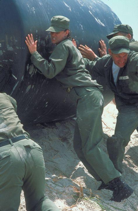 Trotz massenhafter Widerstände steht O'Neil (Demi Moore, M.) tapfer ihren Mann ... - Bildquelle: Buena Vista International
