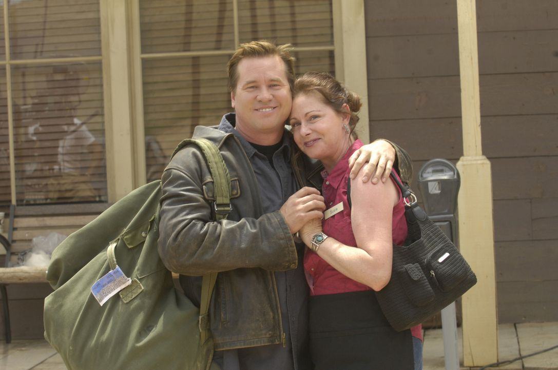 Nachdem MacPherson (Val Kilmer, l.) von seinem Freund Miguel einen Anruf erhalten hat, fährt er nach Arizona um ihn zu treffen, doch Miguel ist vers... - Bildquelle: 2008 Worldwide SPE Acquisitions Inc. All Rights Reserved.