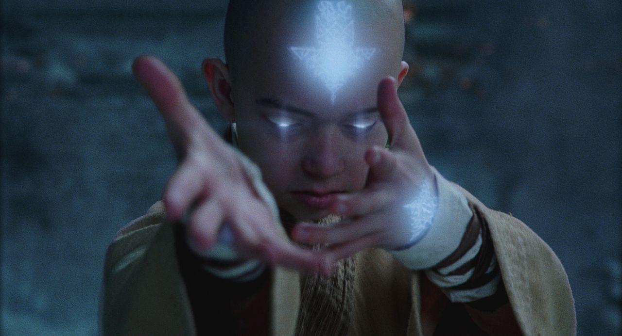 Befreit aus seinem Gefängnis im ewigen Eis erkennt der junge Luftnomade Aang (Noah Ringer), dass er der nächste Avatar ist und dass nur er die Mac... - Bildquelle: 2010 PARAMOUNT PICTURES.  All Rights Reserved.