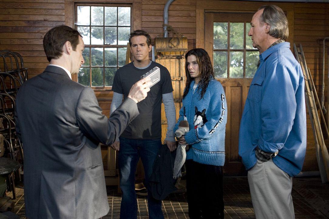 Bei einem Besuch bei Andrews (Ryan Reynolds, 2.v.l.) Eltern und Joe (Craig T. Nelson, r.) in Alaska wird Margaret (Sandra Bullock, 2.v.r.) nicht ein... - Bildquelle: Kerry Hayes Touchstone Pictures.  All Rights Reserved