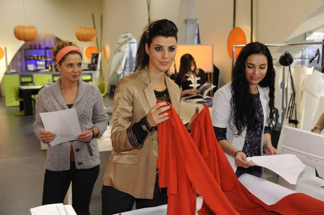 Nina (Maria Wedig, l.) sieht mit gemischten Gefühlen zu, wie Carla (Sarah Mühlhause, M.) ihren Entwurf Wirklichkeit werden lässt ... - Bildquelle: SAT.1