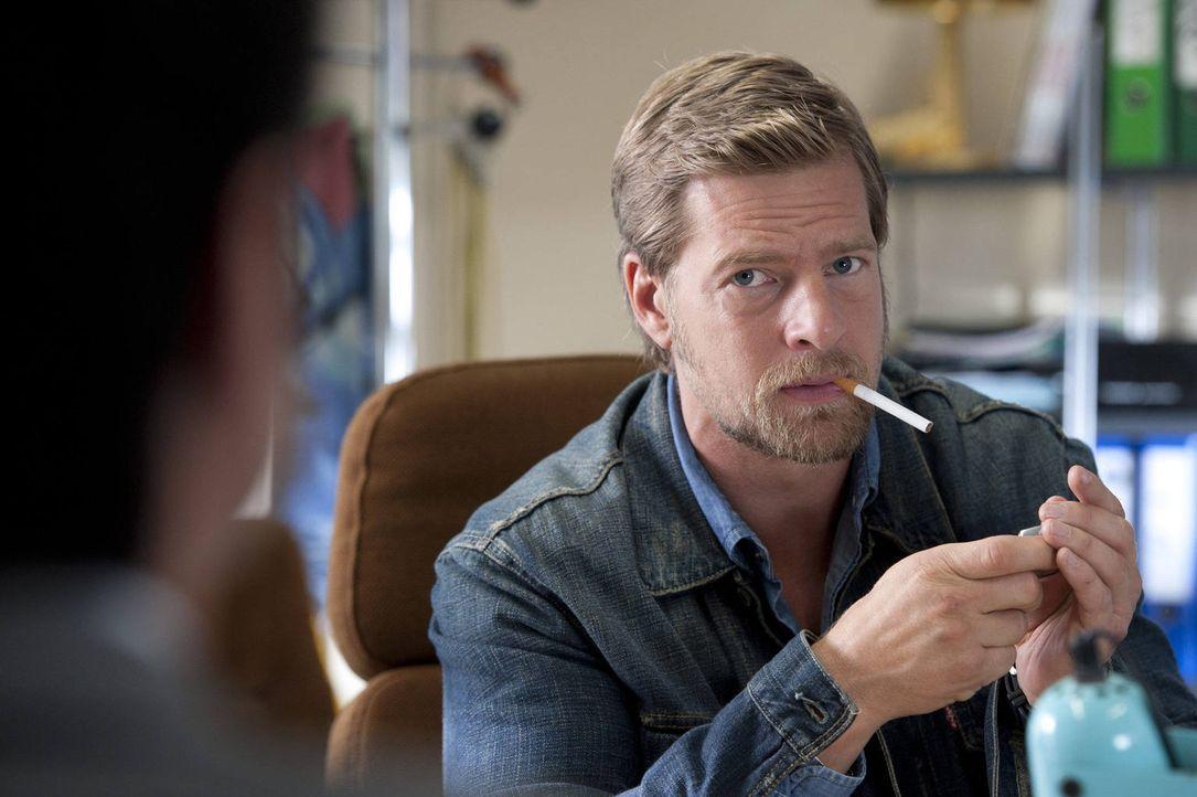 (3. Staffel) - Bekommt im neuen Büro Rauchverbot, an das er sich natürlich nicht hält: Mick Brisgau (Henning Baum) ... - Bildquelle: Martin Rottenkolber SAT.1