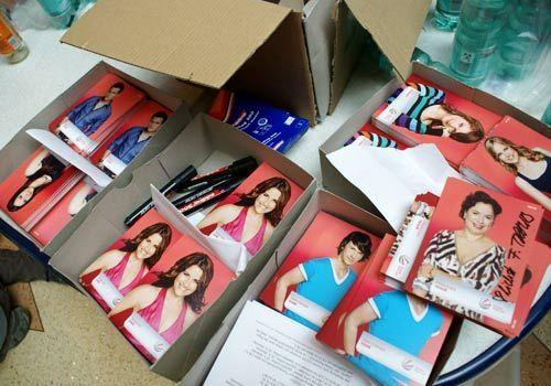 Die Kisten mit den unsignierten Autogrammen leeren sich. - Bildquelle: Danilo Brandt - Sat1