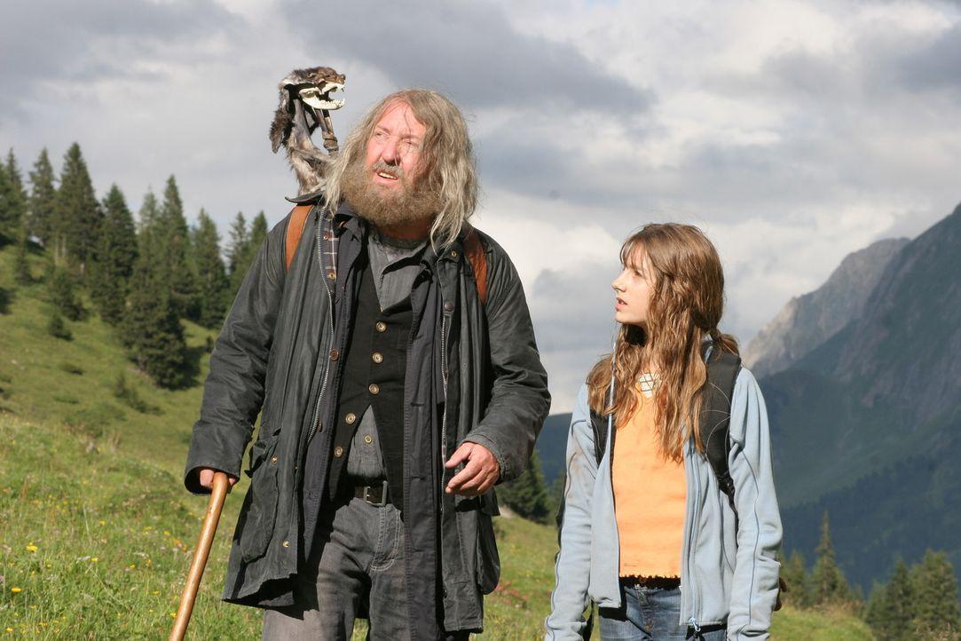 Der Einsiedler (Vadim Glowna, l.) weiß über Bataa Bescheid ist ihm und Sophie (Julia Krombach, r.) bei der Suche einer bestimmten Höhle behilflic... - Bildquelle: Petro Domenigg Dor Film