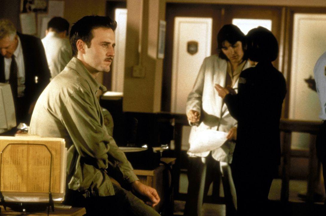 Durch die Verletzungen, die sich Dewey (David Arquette) bei dem Versuch Sidney vor dem skrupellosen Killer zu schützen, zugezogen hat, muss er seine... - Bildquelle: Kinowelt Filmverleih GmbH 1997