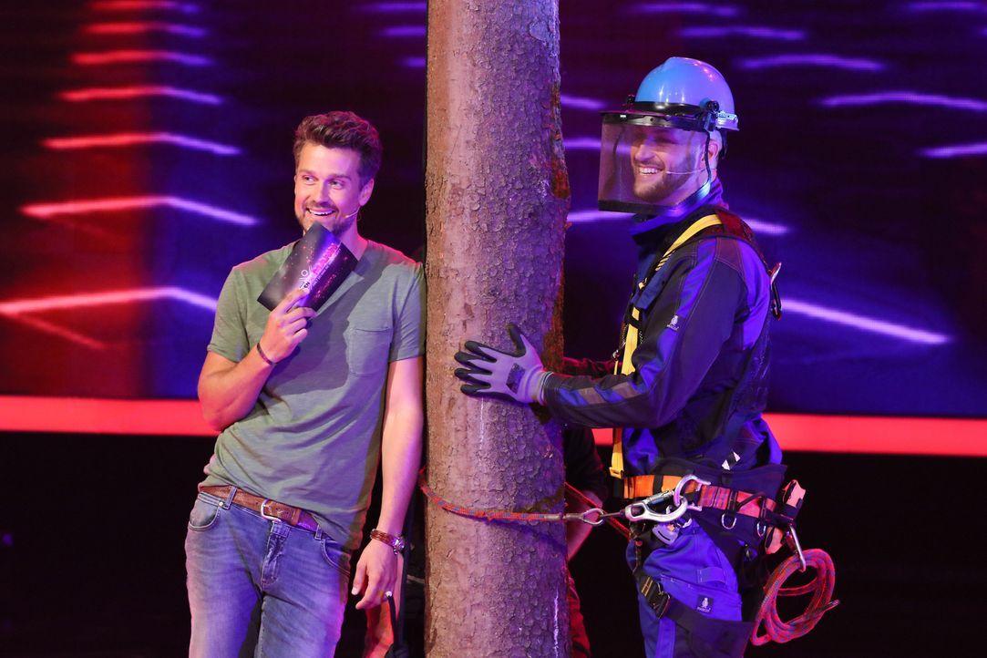 Marcel (r.) nimmt die Herausforderung im Pole Climbing an. Doch wie wird er sich schlagen? Wayne Carpendale (l.) ist gespannt ... - Bildquelle: Guido Engels SAT.1