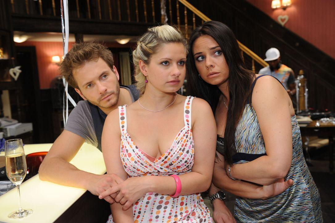 Der Polterabend steht unter einem schlechten Stern: (v.l.n.r.) Enrique (Jacob Weigert), Mia (Josephine Schmidt) und Paloma (Maja Maneiro) ... - Bildquelle: SAT.1