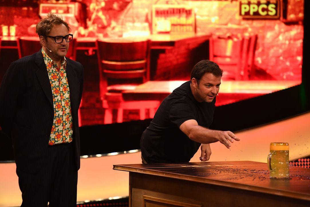 """Unter dem Motto """"Kneipe"""" tritt Martin Rütter (r.) bei Paul Panzer (l.) zum launigen Spieleabend an ... - Bildquelle: Willi Weber SAT.1"""