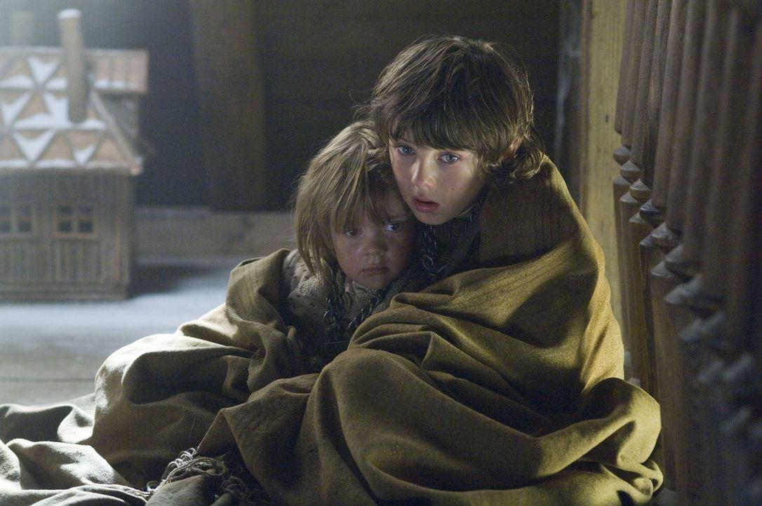 Im Alter von zehn Jahren wird der kleine Hannibal Lecter (Aaron Thomas, r.) Zeuge, wie seine Eltern bei einem Bombenangriff ums Leben kommen und sei... - Bildquelle: Tobis Film