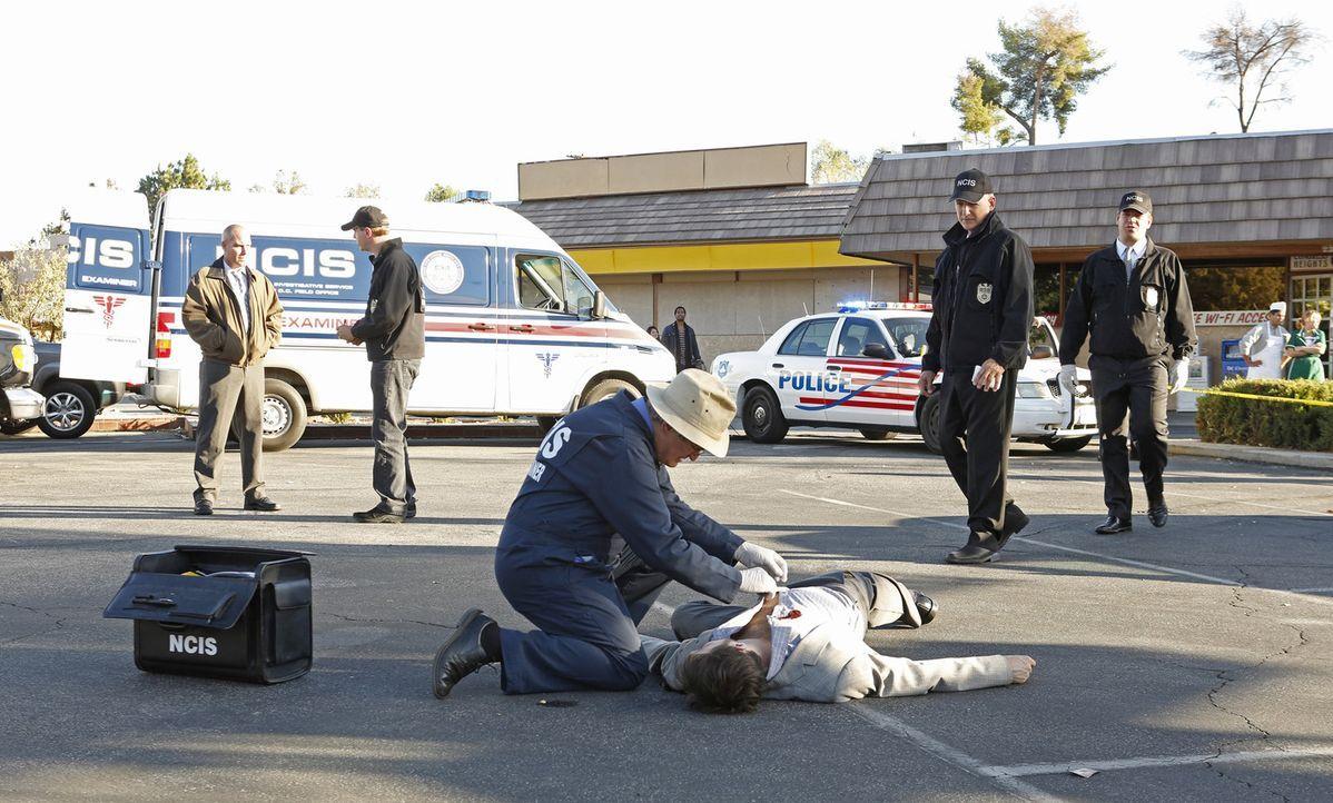 Müssen einen neuen Mordfall aufklären: Gibbs (Mark Harmon, 2.v.r.), Ducky (David McCallum, 3.v.l.), Tony (Michael Weatherly, 2.v.r.) und McGee (Se... - Bildquelle: CBS Television