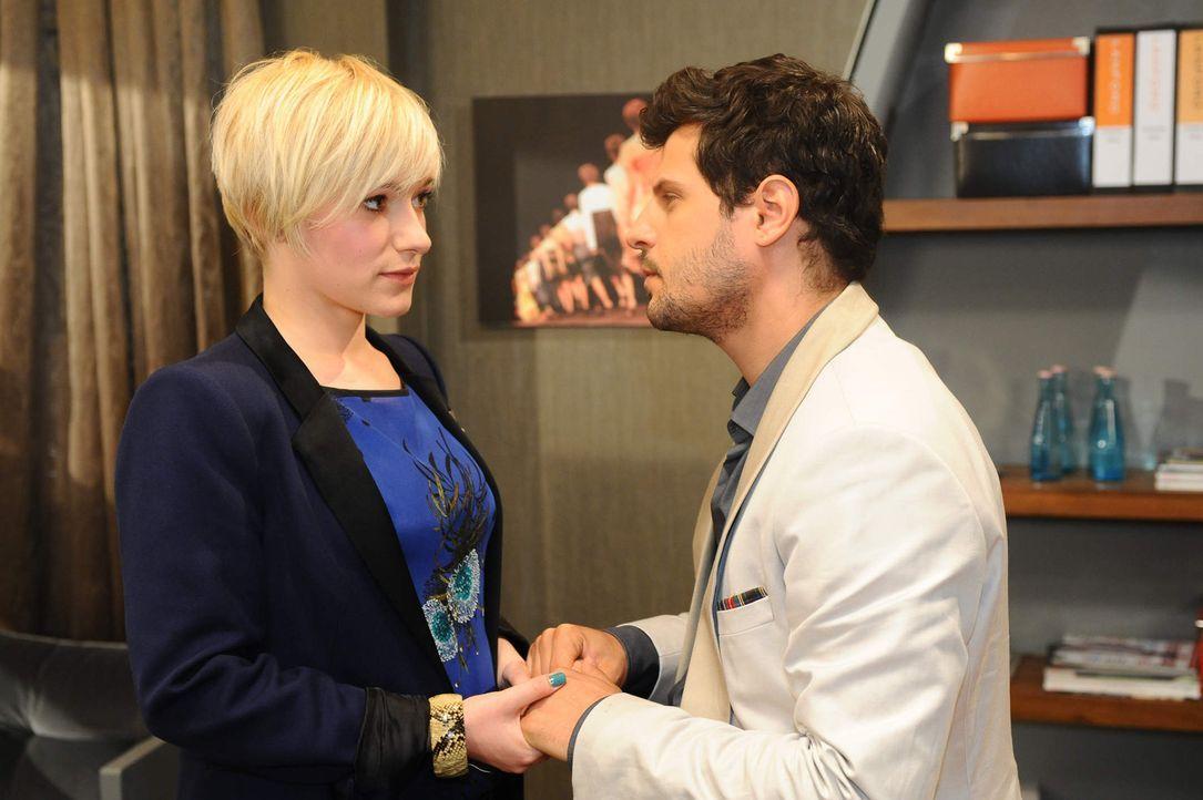 Nachdem Kai erfahren hat, das Luca (Manuel Cortez, r.) Nina eingestellt hat, sieht er Handlungsbedarf: Er empfiehlt Bruno erfolgreich seine Schweste... - Bildquelle: SAT.1