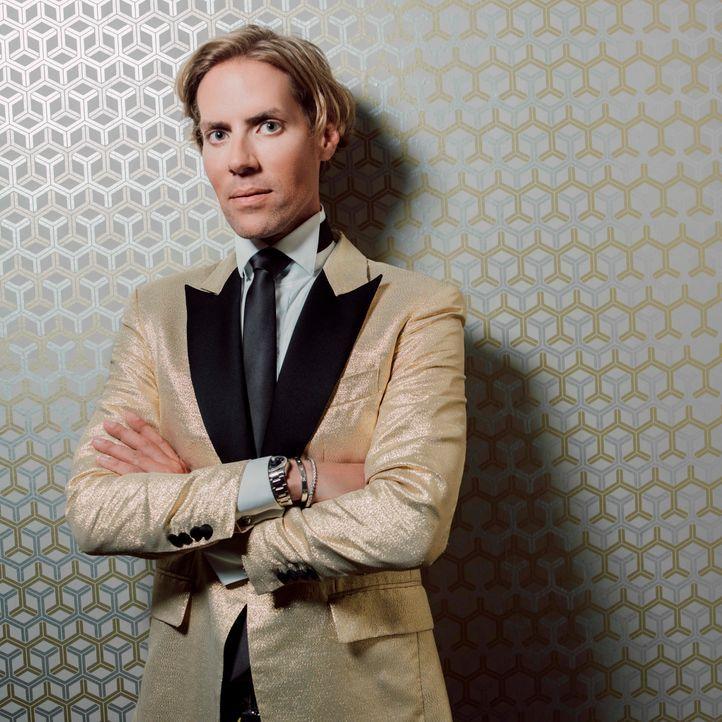 Jens Hilbert goldener Anzug - Bildquelle: SAT.1/Arne Weychardt