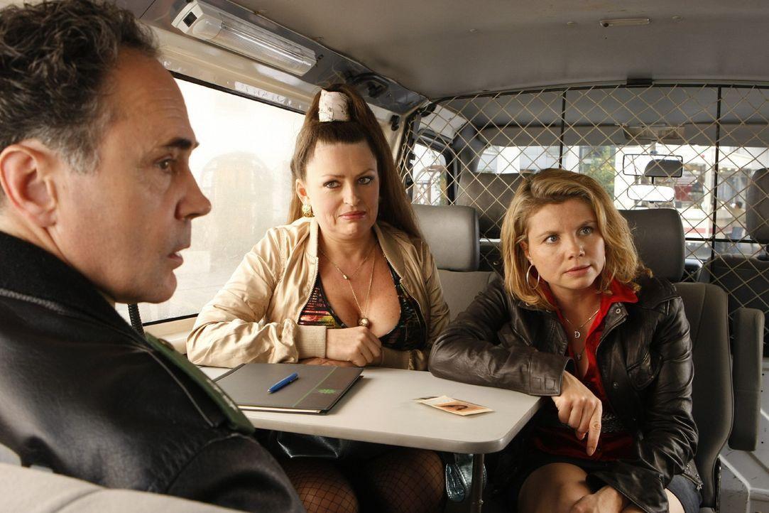 Danni (Annette Frier, r.) hat ein Problem: Als sie mit einer Mandantin, der Prostituierten Eva (Irina Miller, M.), unterwegs ist, wird sie fälschli... - Bildquelle: SAT.1
