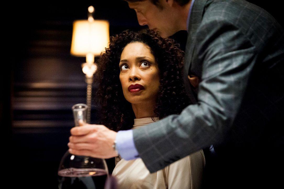 Der Psychiater Dr. Hannibal Lecter (Mads Mikkelsen, r.) merkt schnell, dass Bella (Gina Torres, l.) ein Geheimnis hütet. Kann er es ihr entlocken? - Bildquelle: Brooke Palmer 2012 NBCUniversal Media, LLC
